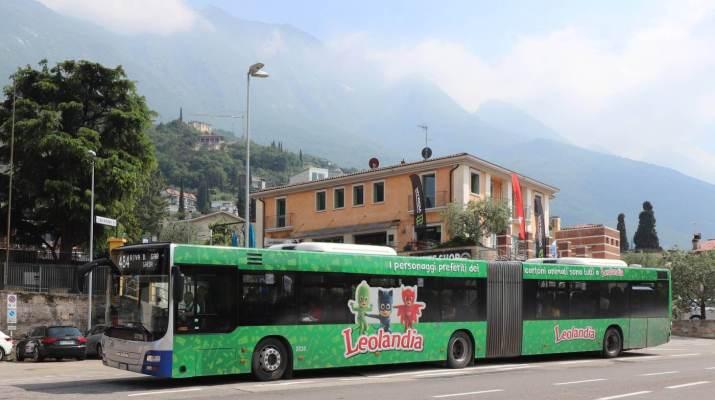 Im Sommer fahren Linienbusse die Küste des Gardasee ab