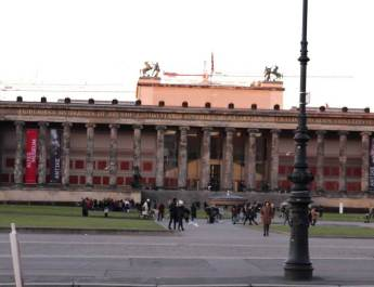 Vor dem Alten Museum starten Busse zur Langen Nacht der Museen