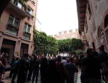Stark umlagert ist der Hof vom Palazzo der Julia