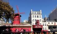 Das berühmte Varietétheater Moulin Rouge am Fuß des Monmatre