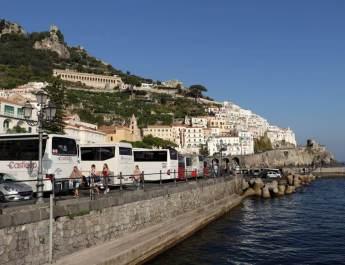 Am Kai von Amalfi halten die Busse, die die Küste entlang fahren