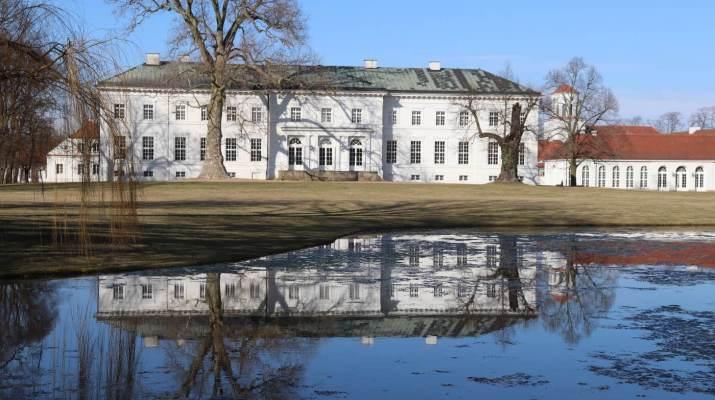 Schloss Neuhardenberg spiegelt sich im Teich