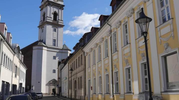 Barocke Straßenflucht mit Bürgerhaus (rechts) und Kirchturm
