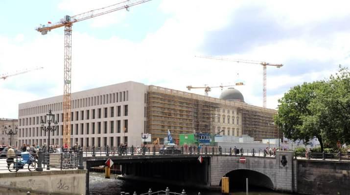 Das Humboldt Forum mit moderner Fassade an der Spreeseite