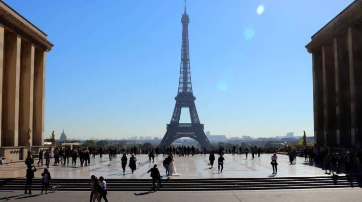 Der Eiffelturm ist auch bei Hochzeitspaaren ein beliebtes Motiv