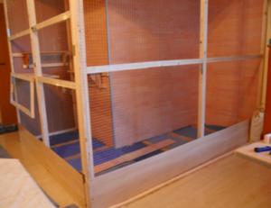 Vogelvoliere bauen - Bodenschürze und Futterklappe
