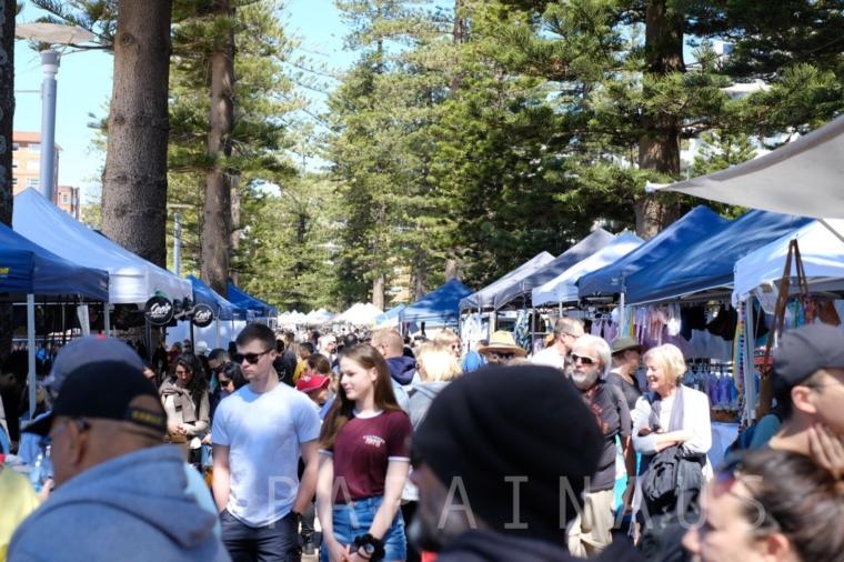 ビーチからすぐ側ではマーケットが毎週末開かれている