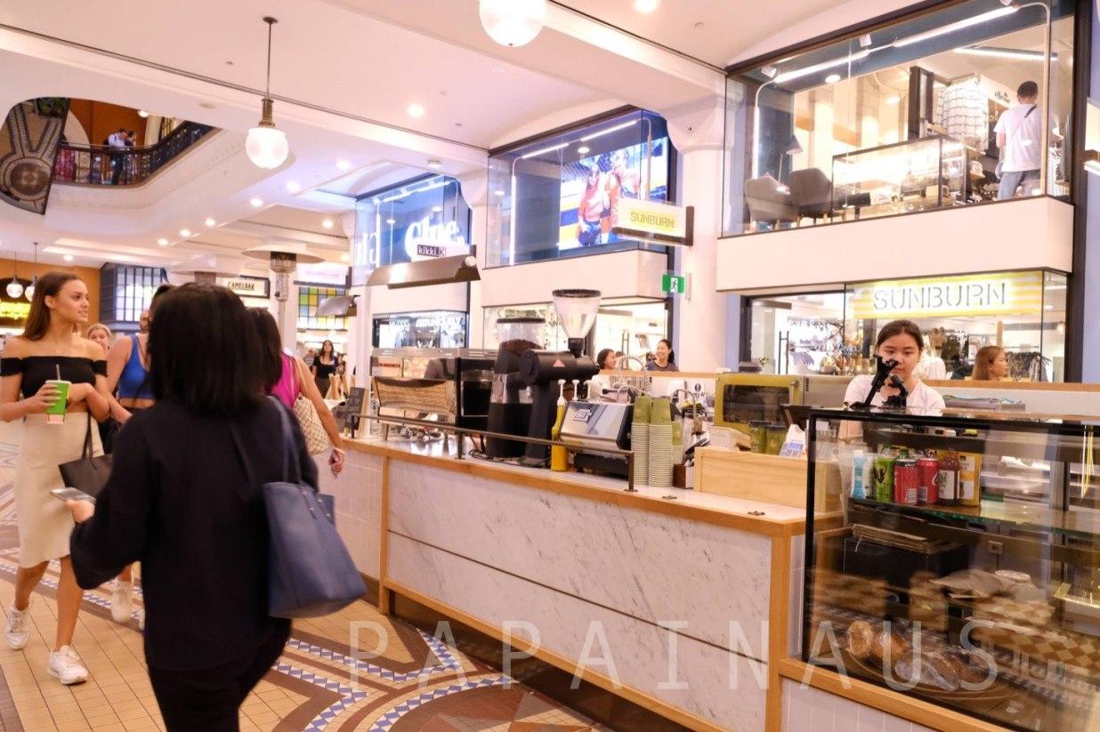 カフェやショップで賑わっているQVB内