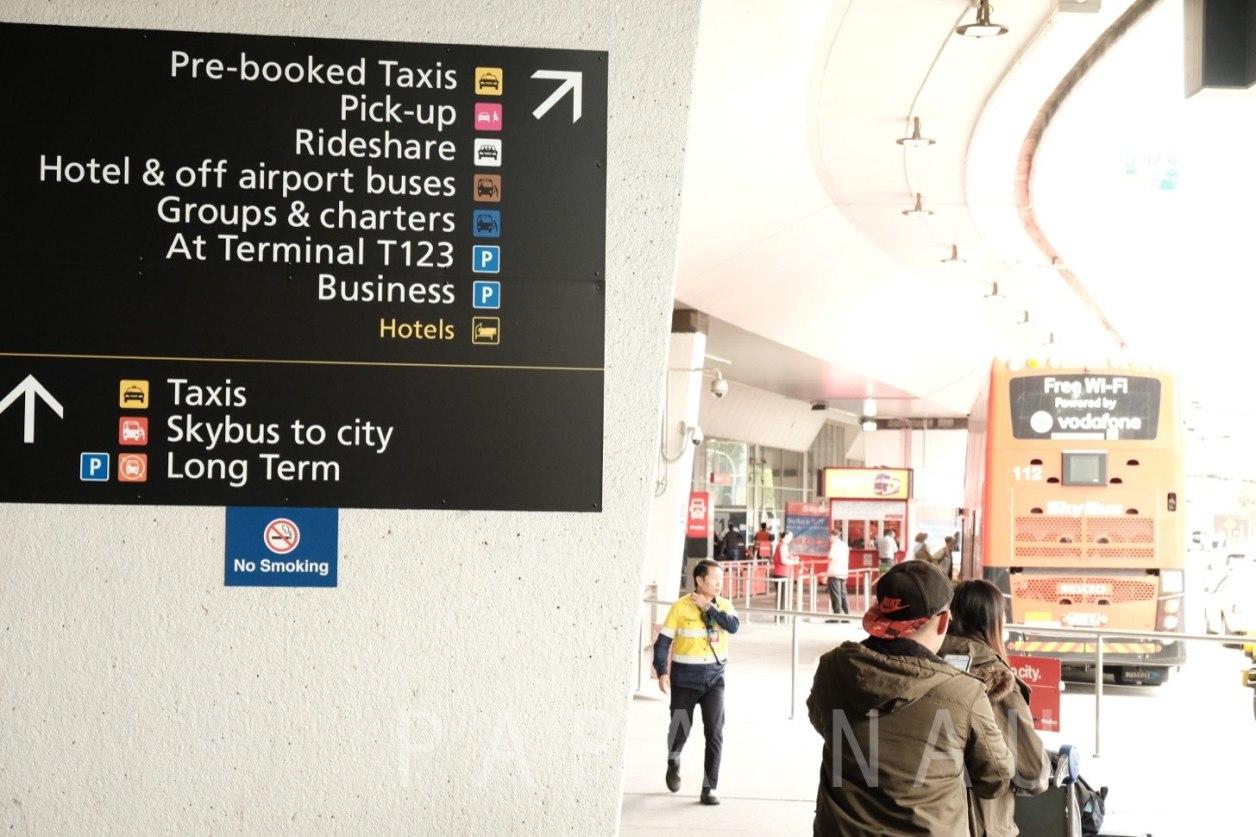 Tullamarine空港出口。市内へ向かうにはいくつかの交通手段がある