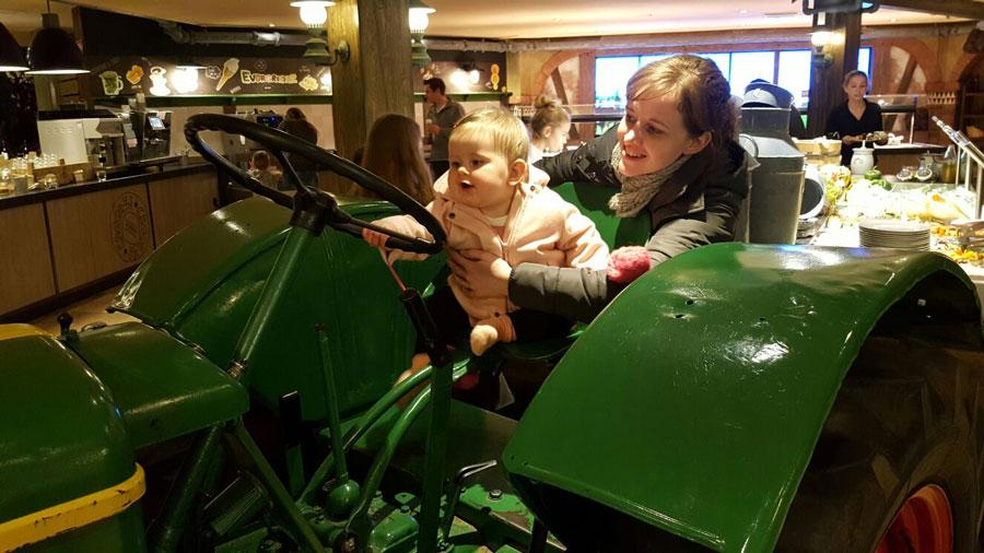 Op-de-tractor-in-het-restaurant