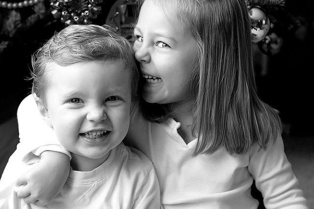 Geschwister in Schwarz-weiß