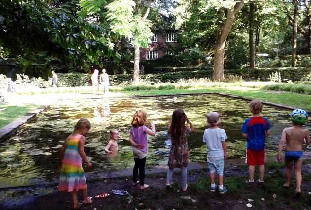 Kinder im Teich - Mütter in Sorge