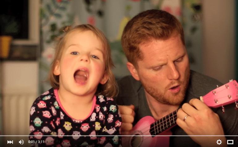 Vater und Tochter spielen ein Lied