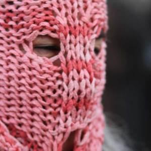 Maskierte Frau am internationalen Weltfrauentag