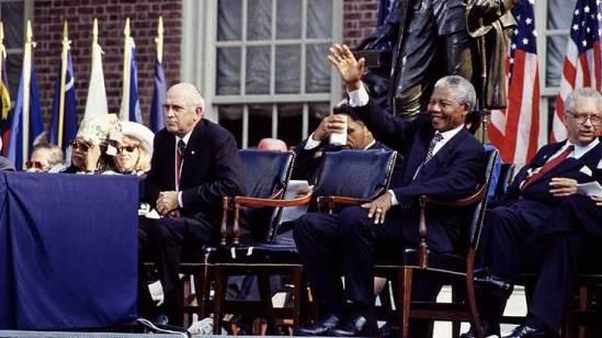 Vorbild Nelson Mandela winkt den Bürgern zu