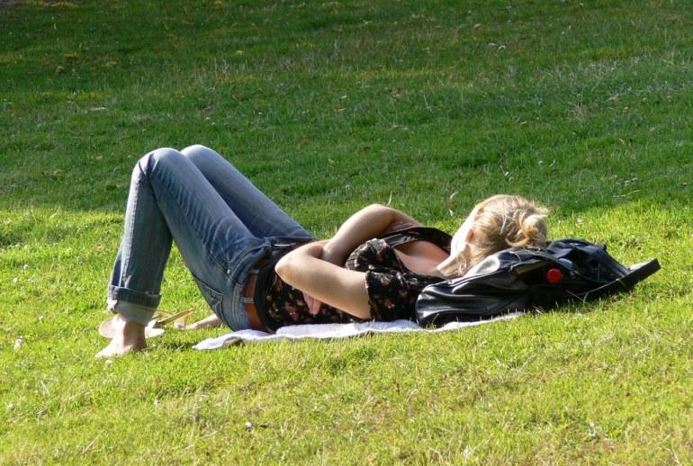 Frauen über 50 sehen nicht aus wie diese junge Frau im Park mit Ausschnitt