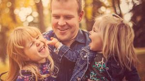 Vater mit Töchtern: Für sie könnte das Wechselmodell als Regelfall sinnvoll sein