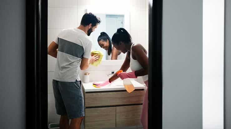 Wie Frauen und Männer ihre Hausarbeit als Paar aufteilen sollten