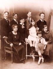 1916 - Petits-enfants de Charles LANDRIEU (5) chez Renée LABARRE à Saintes : 2° rang: Jean LABARRE (561) - Jean GHIKA (522) - Stephan GHIKA (523) - Marc LANDRIEU (571) - Robert LANDRIEU (523) 1° rang: Renée BATAILLE (521) - Simone LABARRE (562) - Jacqueline LANDRIEU (572) - Daniel LANDRIEU (573)
