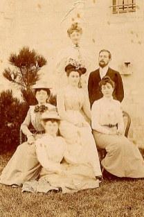 Famille Charles LANDRIEU (5) - Debout: ? - Marcel (57) ; Assises: ? - Madeleine (52) - Thérèse (55) ; Par terre: ?