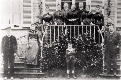 # 1885 - Sur le perron de Canchy - De gauche à droite en montant : Adéodat, le fidèle domestique - Mathilde LANDRIEU (23) - Jeanne LANDRIEU (25) - Madeleine LANDRIEU (52) - Stéphanie LETELLIER-LANDRIEU (x 5) - Florentin LANDRIEU (7) - Marie DUBOIS-LANDRIEU (x 7) - Paul LANDRIEU (24) - Marie de HOLLANDE-LANDRIEU (x 2) - Antoinette LANDRIEU (71) - Palmyre LANDRIEU (21) - Charles LANDRIEU (5) - Devant le perron : Pierre LANDRIEU (26)