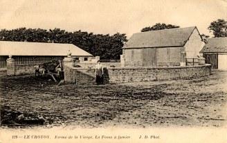 """""""La Vierge"""" (carte postale) - Cour de la ferme """"le fumier"""", devant Henriette WARIN"""