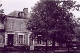 Ferme de Florentin LANDRIEU (17) à Canchy, côté cour, située en face de la maison de Charles de l'autre côté de la route