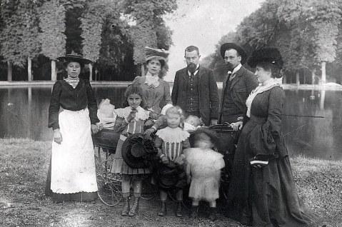 # 1905 - Famille Philippe LANDRIEU (54) 2° rang : La nurse - Marie-Louise PEYRONNEL - Philippe LANDRIEU (54) - ? - ? - Dans un landau : 2 bébés ? 1° rang: Marcelle LANDRIEU (541) - Laurence LANDRIEU (542) - Robert LANDRIEU (543)