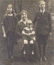 1916 - Famille Marcel LANDRIEU (57) - Jacqueline LANDRIEU (572) - Gabrielle FISCHER-LANDRIEU (x 57) - Marc LANDRIEU (571) - Sur les genoux de sa mère : Daniel LANDRIEU (573)