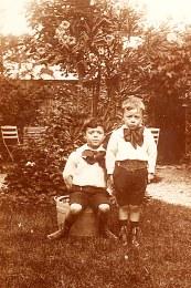 # 1906 - Max (441) et Joseph LANDRIEU (442) dans le jardin