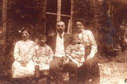 """1913 - Famille Maurice LANDRIEU (16) au """"Logis Prévost"""" à Hesdin (62) - Geneviève (161) - Lucien (162) - Maurice (16) - Henri (163) - Antoinette HARLÉ-LANDRIEU (x 16)"""