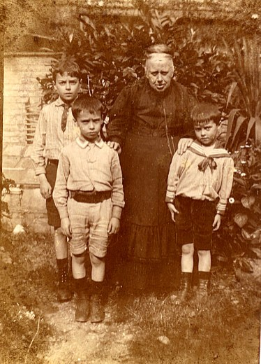 1913 - Famille Anatole LANDRIEU (4) 2° rang : Jacques (443) - Aurélie LEVOIR-LANDRIEU (x 4) 1° rang : René (444) - Michel (445)