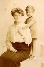 # 1914 - Célina SNOOK-LANDRIEU (x 26) et son fils Philippe (261)