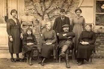 "1917 - Famille Gaston LANDRIEU (17) à ""La Vierge"" Debout : Florence LANDRIEU (172) - Michel LANDRIEU (171) - Marie BOULAND - Denis LANDRIEU (173) - Henriette WARIN Assis : Andrée LANDRIEU (174) - Hélène DUFOURNY-LANDRIEU (x 17) - Gaston LANDRIEU (17) - Tante Marie"