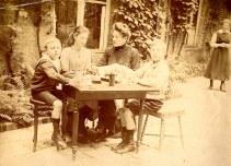 """1917 - Famille Maurice LANDRIEU (16) au """"Logis Prévost"""" à Hesdin : Lucien (162) - Geneviève (161) - Antoinette HARLÉ-LANDRIEU (x 16) - Henri (163)"""