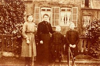 1917 - Famille Maurice LANDRIEU (16) : Geneviève (161) - Antoinette HARLÉ-LANDRIEU (x 16) - Henri (163) - Lucien (162)