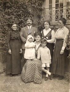 Famille Pierre LANDRIEU (26) Debout : ? - Pierre (26) - Mathilde LANDRIEU-PORCHER (23) Assis : Françoise (262) - Célina SNOOK-LANDRIEU (x 26) - Philippe (261)