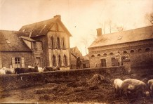 """1918 - """"La Vierge"""" - La maison côté cour Sur le mur : Florence (172) Derrière le mur : Hélène DUFOURNY-LANDRIEU (x 17) et Denis (173) Sur le mur : Michel (171) en soldat"""