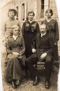Famille Gaston LANDRIEU (17) Debout : Denis (173) - Lucie (421) - Florence (172), Assis : Hélène DUFOURNY-LANDRIEU (x 17)