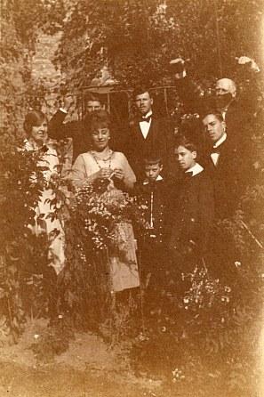 30 septembre 1920 - Mariage de Lucie LANDRIEU (421)/Charles CAILLEAUX 2° rang : Florence (172) - Denis (173) - Michel (171) - Oncle Jules (43) 1° rang : Anne-Marie DUPONT (211) - Michel (445) - René (444) - Jacques (443)