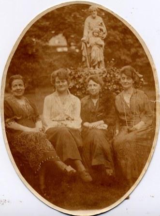 # 1920 - Famille Émile LANDRIEU (2) - Mathilde (23) - Célina SNOOK-LANDRIEU (x 26) - ? - Palmyre (21)