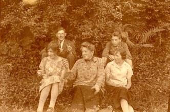 Juillet 1925 - Famille Maurice LANDRIEU (16) - 2° rang : Lucien (162) - Henri (163) - 1° rang: Th. Lennellart - Antoinette HARLE-LANDRIEU (x 16) - A. Locage