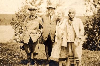 4/7/1927 - 30° anniversaire de Pierre LANDRIEU (121) au lac Wayagamack (Québec) - Les jeunes reviennent d'une bonne partie de pêche à la truite en canoë : Pierre (121) - Raoul (12) - Mathilde FERLAND-LANDRIEU (x 12) - Marcelle DELCAMBRE, fille adoptive de Raoul et Mathilde