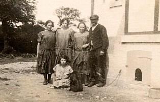 """1926 - Devant """"La Vigie"""", juste avant sa construction - Debout : Henriette WARIN - ? - Marie BOULAND - ? - Par terre : Andrée (174) avec le chien Bob"""
