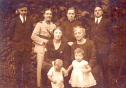 # 1927 - A Valenciennes - Famille Gustave LANDRIEU (44) - 3° rang : Michel (445) - René (444) - Joseph (442) - Jacques (443) - 2° rang : Monique BARBET-LANDRIEU (x 441) - Marguerite DORÉMIEUX-LANDRIEU (x 44) - 1° rang : Claude (4412) - Micheline (441)