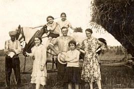 Lucien LANDRIEU (162) : homme tenant un chapeau blanc dans les mains; les autres ????? sans doute ses enfants et des ouvriers agricoles ????