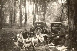 1932 - En forêt de Compiègne (60) - Lucien LANDRIEU (162) dont la tête est dans la roue de secours de la voiture. Les autres ?????