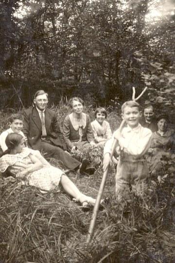1932 - En forêt de Compiègne (60) - Lucien LANDRIEU (162) : homme en costume. Les autres ?