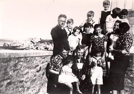 Septembre 1938 - Famille Gustave LANDRIEU (544) - A Treboul (Douarnenez) : 1-Jean-Pierre (4432), 2-Jacques (443), 3-Bernard (4413), 4-Jean-Marie (4414), 5-Louis (4416), 6-Guy (4434), 7-Claude (4412), 8-Micheline (4411), 9-Philippe (4431), 10-Thérèse (4433), 11-Tante Manon (x 443), 12-Marguerite (x 44), 13- Xavier (4415), 14-Colette (4435), 15-Pierre (4417), 16-Monique (x 441)