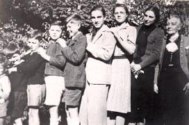 Octobre 1940 - Au Vésinet : Pierre (4417) - Louis (4416) - Xavier (4415) - Jean-Marie (4414) - Bernard (4413) - Claude (4412) - Micheline (4411) - Monique (x 441) - Marguerite (x 44)